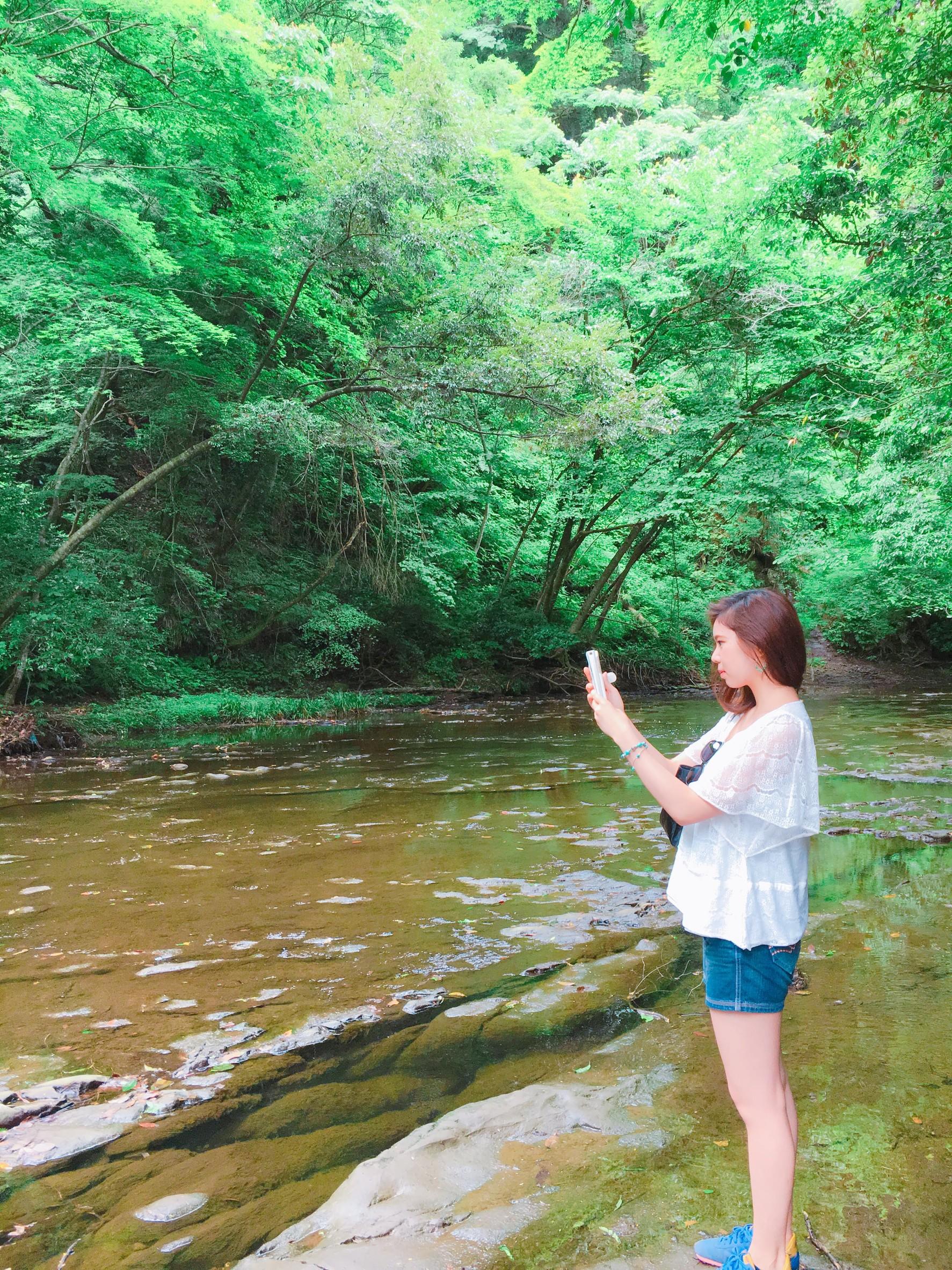 川にいる女、森