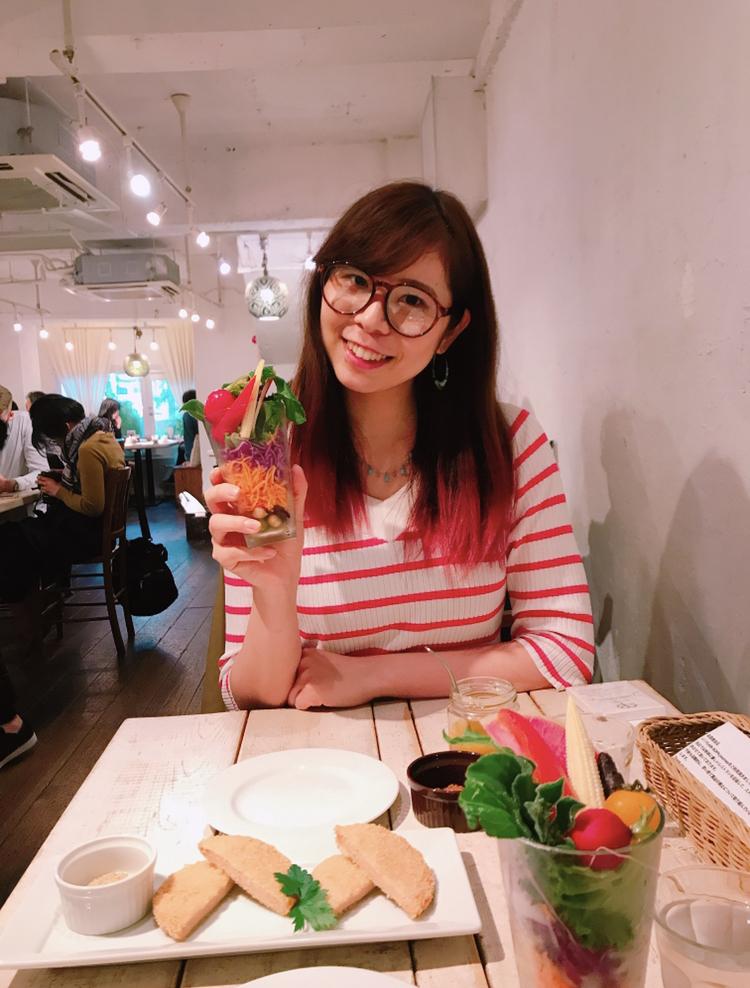 ピンクの髪の女、野菜のランチ