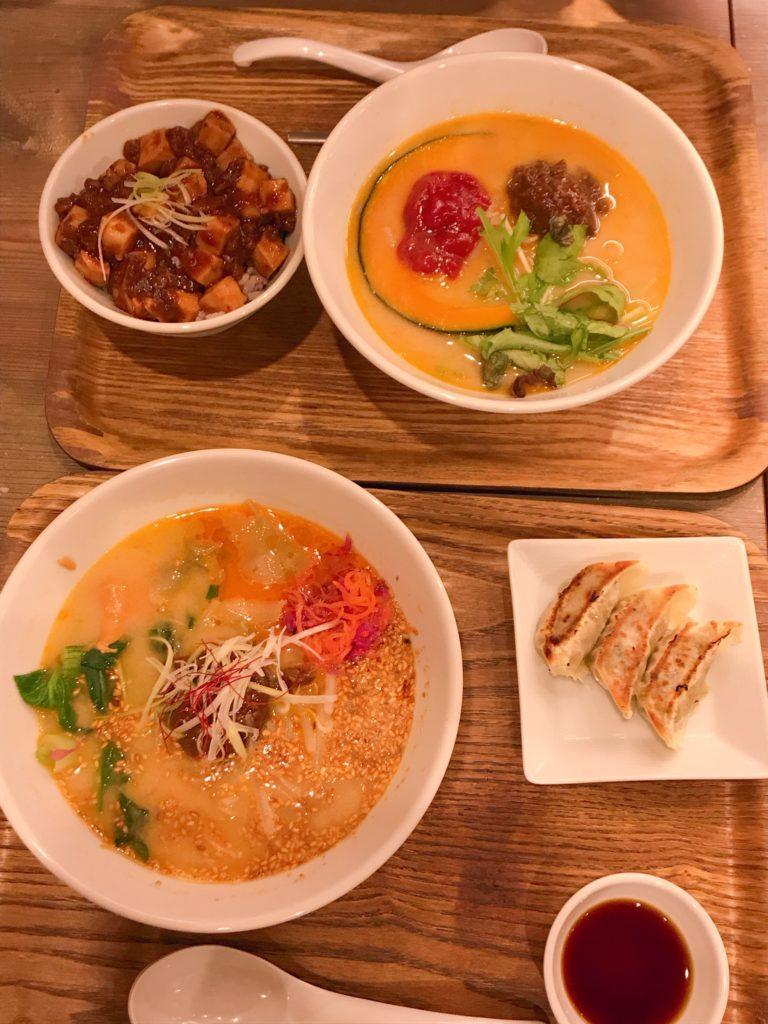 Tsたんたんの担々麺とセットの餃子と麻婆豆腐の料理