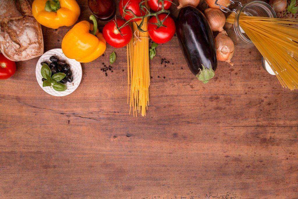 机の上にある野菜とパスタ