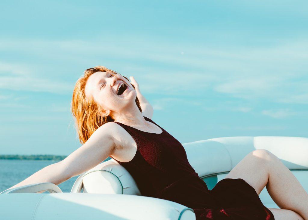 ボートにいる笑顔の女性