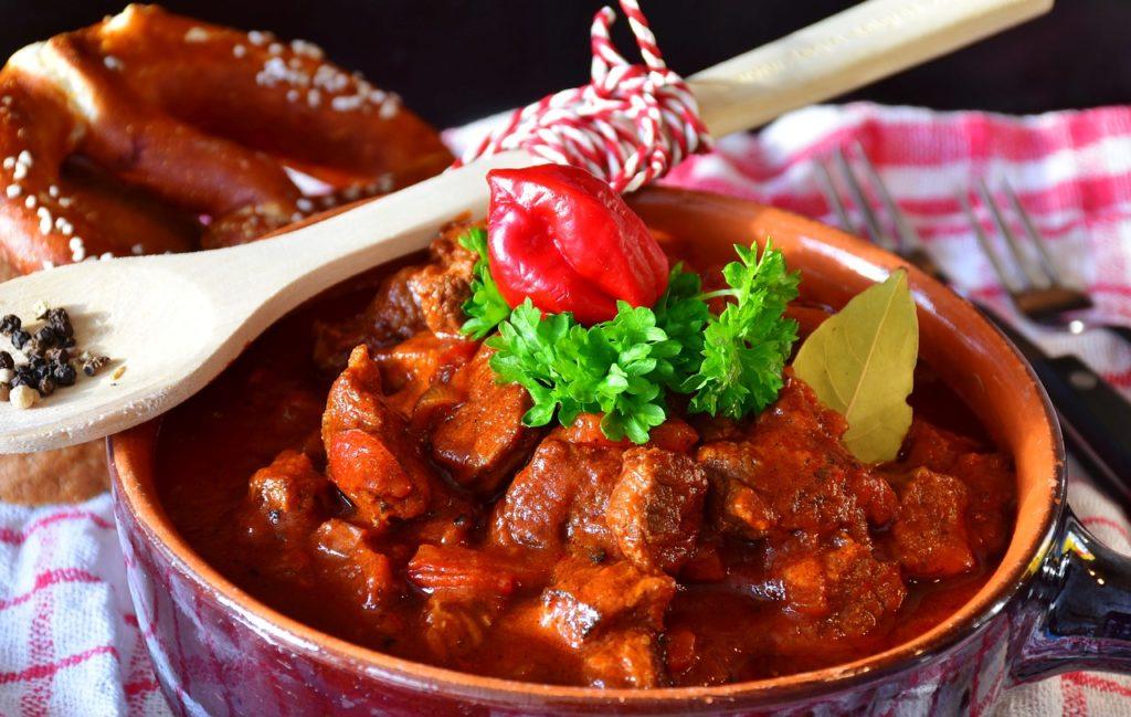 鍋に入った肉料理とスプーン